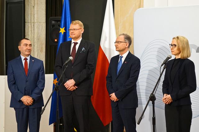 Minister T. Czerwińska wraz wiceministrem Pawłem Gruzą, wiceministrem Pawłem Cybulskim oraz zastępcą dyrektora Zbigniewem Wilińskim odpowiadają na pytania dziennikarzy ws. JPK